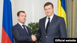 Russian President Dmitry Medvedev (left) and his Ukrainian counterpart Victor Yanukovych