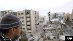ساعتی پس از نیمه شب دوشنبه هواپیماهای اسرائیلی، دانشگاه اسلامی غزه را بمباران کردند. (عکس: Afp)