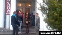 Черга біля входу в банк РНКБ у Севастополі