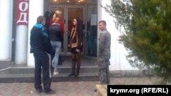 Очередь у входа в банк РНКБ в Севастополе