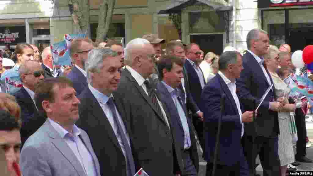 Мәскәүдән куелган Кырым башлыгы Сергей Аксенов (уңда) һәм башка җитәкчеләр