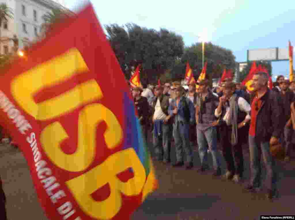 Колонна самого радикального профсоюзного движения Италии на подходе к Porta Pia