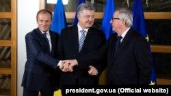 Зліва направо: президент Європейської ради Дональд Туск, президент України Петро Порошенко і президент Єврокомісії Жан-Клод Юнкер під час зустрічі в Брюсселі, 20 березня 2019 року