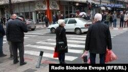 Архивска фотографија - Луѓе во центарот на Скопје.