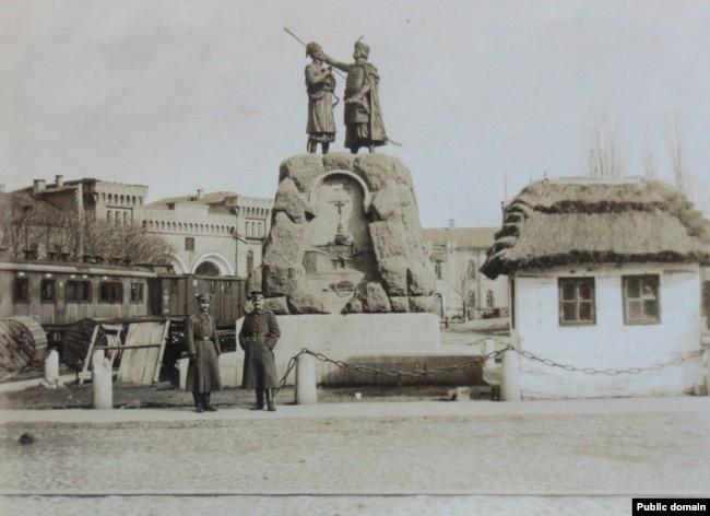Німецькі військові біля пам'ятника Кочубею та Іскрі, весна 1918. Тепер на цьому постаменті наразі залишається пам'ятний знак – гірська гармата – на честь робітників заводу «Арсенал», які підняли повстання проти Централь-ної Ради