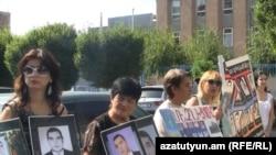 Մարտի 1-ի զոհերի ծնողները բողոքի ակցիա են անցկացնում ԵԽ-ի հայաստանյան գրասենյակի առջեւ, 15 սեպտեմբեր, 2011