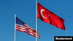 Флаги Соединенных Штатов и Турции.