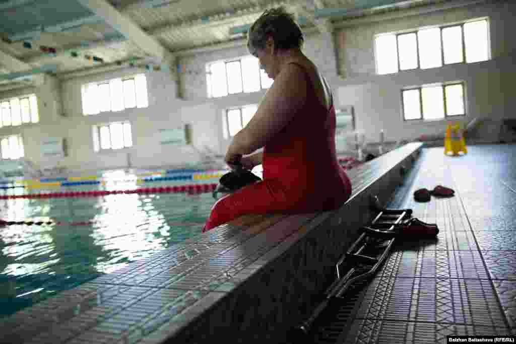 """40-летняя Валентина: «Я занимаюсь плаванием. Мне нравится заниматься спортом. Бывает, что хочется всё бросить. Но потом встаешь, потому что понимаешь, что нужно продолжать заниматься спортом, чтобы тренировать дух. В моем случае меня всегда поддерживает муж. За это время я поняла, что во всём требуется терпение, усидчивость. Не нужно спешить — тогда всё получится. В свободное время вяжу коврики крючком, занимаюсь рукоделием. Я не зацикливаюсь на том, что я инвалид, потому что рядом со мной верные друзья и близкие, которые поддерживают меня. Благодаря им поняла, что я такой же человек, как и все, ничем не отличаюсь от других. Мечтаю о том, чтобы не было войны, чтобы все люди жили в мире и согласии. Для себя давно вывела жизненное кредо: """"Побеждать и еще раз побеждать""""»."""