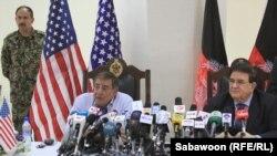 د امریکا د دفاع وزیر لیون پانیټا له خپل افغان سیال عبدالرحیم وردګ سره په کابل کې ګډ خبري کنفرانس کوي