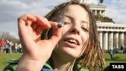 Сторонники легализации марихуаны есть и в Москве. Демонстрация за отмену преследования за употребление каннабиолосодаржащих средств в 2007 году.