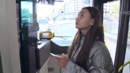 Нұр-Сұлтанда автобусқа мінген жолаушылардың бірі Қытайда жасалған бет-жүзді танитын камераға қарап тұр.
