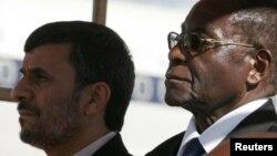 رابرت موگابه و محمود احمدینژاد طی دیدار رئیسجمهوری پیشین ایران از زیمبابوه در سال ۲۰۱۰