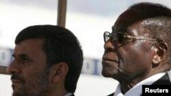رابرت موگابه در کنار محمود احمدینژاد در مراسم استقبال رسمی از رئیس جمهور ایران