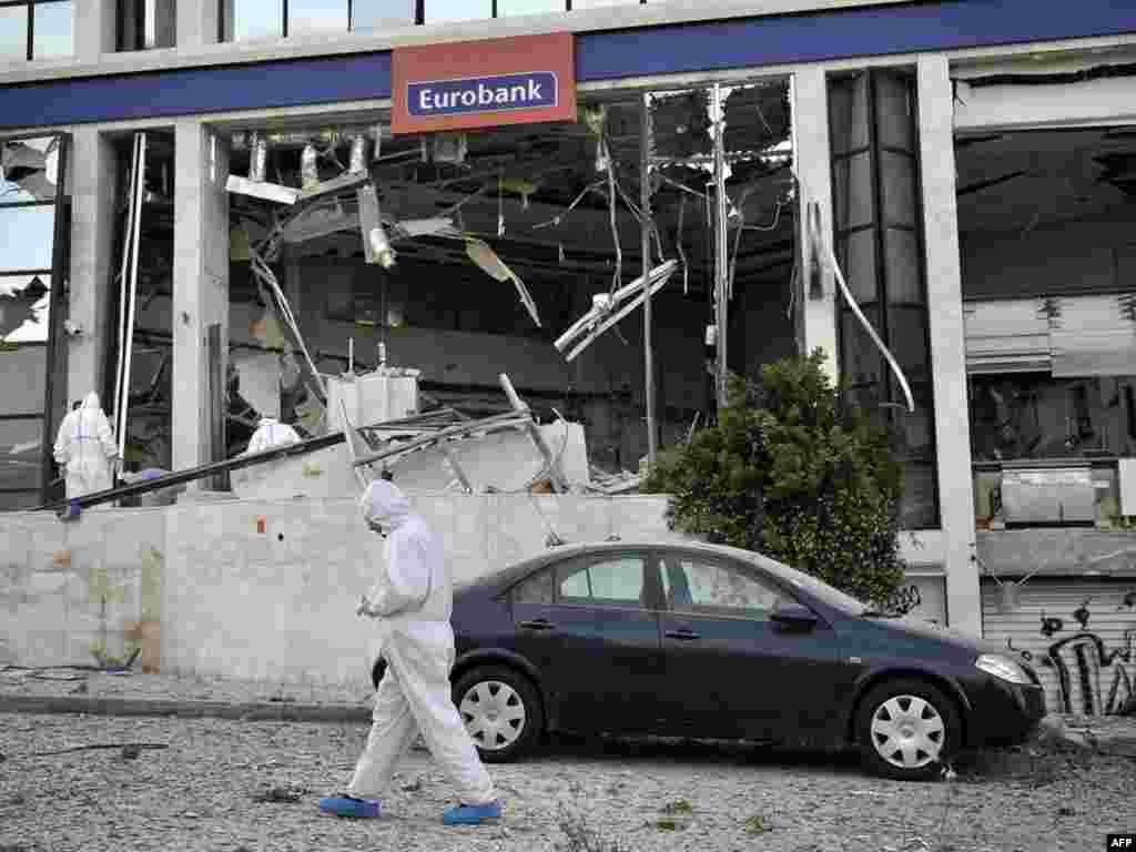 """Анархисты устроили взрыв у входа в отделение """"Евробанка"""" в пригороде Афин"""