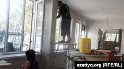 Продолжающийся в школе-лицее № 46 ремонт. Шымкент, 27 августа 2014 года.