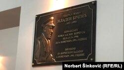 Pllaka përkujtimore për ish-komandantin serb, Mlladen Bratiq.