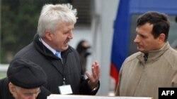 Григорий Костусёв (слева), председатель оппозиционной партии «Белорусский народный фронт».