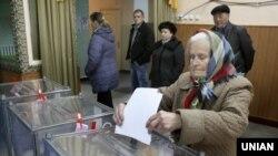 Голосування на одній з виборчих дільниць у селищі Шевченко (Красноармійський район, Донецька область). 25 жовтня 2015 року