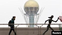 На мосту рядом с инсталляцией у монумента Байтерек в Астане. 24 марта 2013 года. Иллюстративное фото.