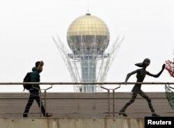 Жалғыз кетіп бара жатқан адам. Астана, 24 наурыз 2013 жыл. (Көрнекі сурет)