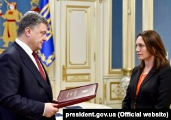 Президент Украины вручает орден Героя Украины вдове Георгия Гонгадзе - Мирославе