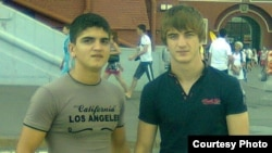 Справа - погибший в феврале 2015 года в Ираке Алан Чекранов.