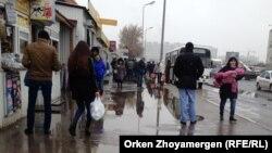 Астанадағы автобус аялдамасында тұрған адамдар. 11 қазан 2016 жыл.