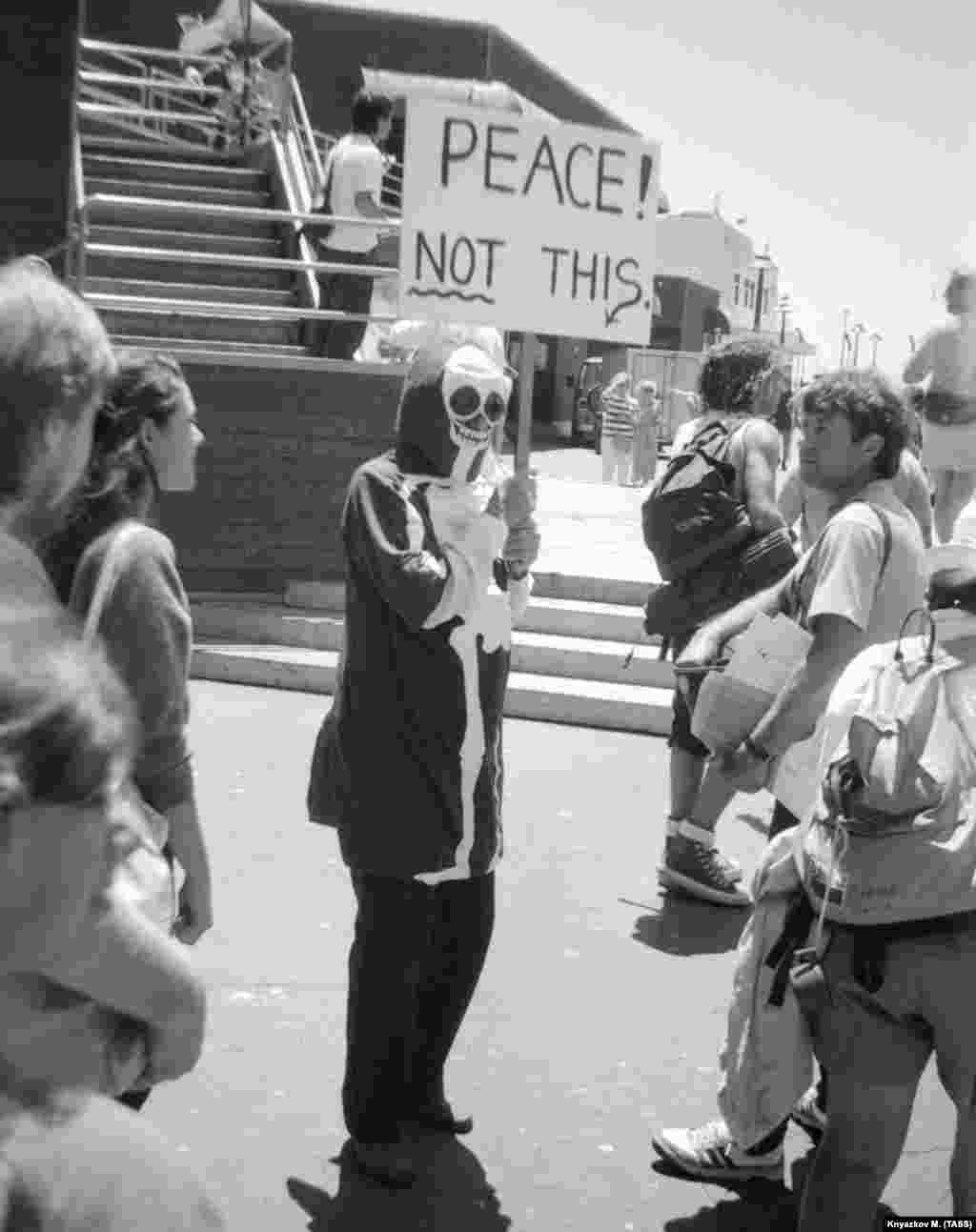 An antiwar protester in Santa Cruz, California, in 1988.