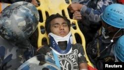 Подросток, спасенный из-под завалов гостиницы в Катманду. Непал, 30 апреля 2015 года.