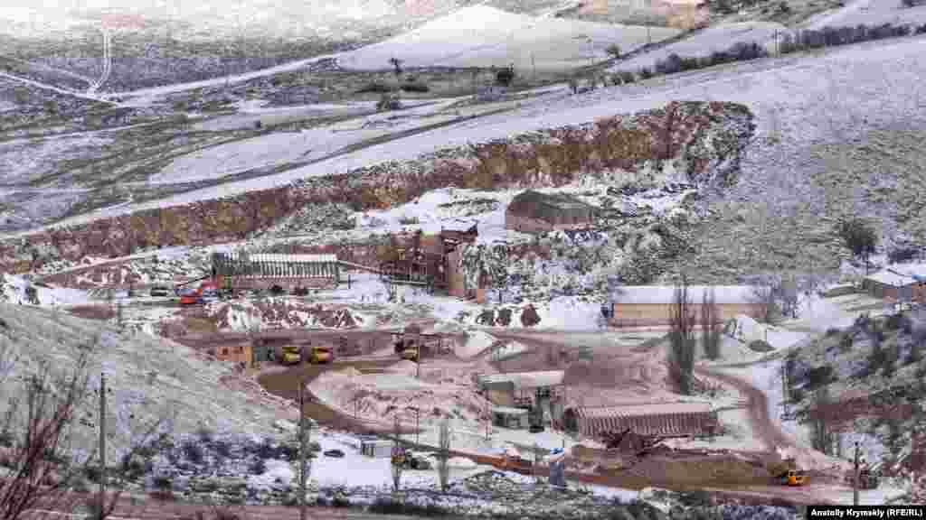 З гірських схилів мармуровий кар'єр видно як на долоні