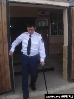 Шұбаршиде жараланған полицей Тұрарбек Ешпағамбетов. Ақтөбе облысы Шұбарқұдық кенті. 22 маусым 2012 жыл.