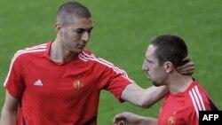 Karim Benzema (ch.) jamoadoshi Frenk Riberi bilan.