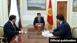 Президент Сооронбай Жээнбеков, премьер-министр Мухаммедкалый Абылгазиев жана Жогорку Кеңештин төрагасы Дастанбек Жумабеков. 10-май, 2020-жыл.