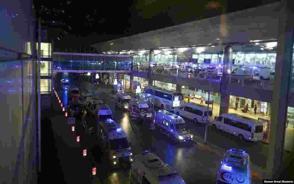 Террористы-смертники открыли огонь, прежде чем взорвать себя у входа в главный международный аэропорт Стамбула