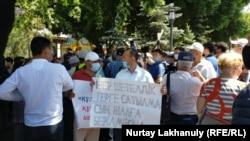 Протестующий с плакатом в Алматы. 6 июня 2020 года.