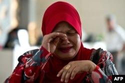 Родственница одного из пассажиров пропавшего самолета компании Malaysia Airlines. Малайзия, 12 марта 2014 года.