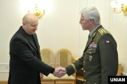 Генерал Петр Павел і секретар РНБО Олександр Турчинов у Києві, квітень 2016 року
