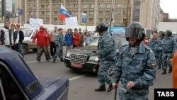 Машину посла Эстонии ОМОН охраняет от молодежи, протестующей против демонтажа памятника советским воинам