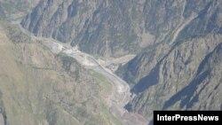 По информации Минрегионразвития, стихийное бедствие в Дарьяльском ущелье вызвано интенсивным движением слоев Девдоракского ледника, расположенного на северо-восточном склоне Казбеги