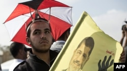 Сторонники Мухаммеда Мурси перед зданием суда в Каире