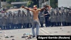 مرز ونزوئلا و کلمبیا؛ نیروهای گارد ملی ونزوئلا با بستن مرز مانع ورود کمکهای انساندوستانه به کشور شدند