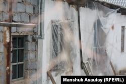 Окна дома, где произошла перестрелка. Боралдай, 6 декабря 2011 года.