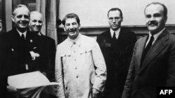 Иоахим фон Риббентроп (слева) и Вячеслав Молотов (справа) вместе со Сталиным