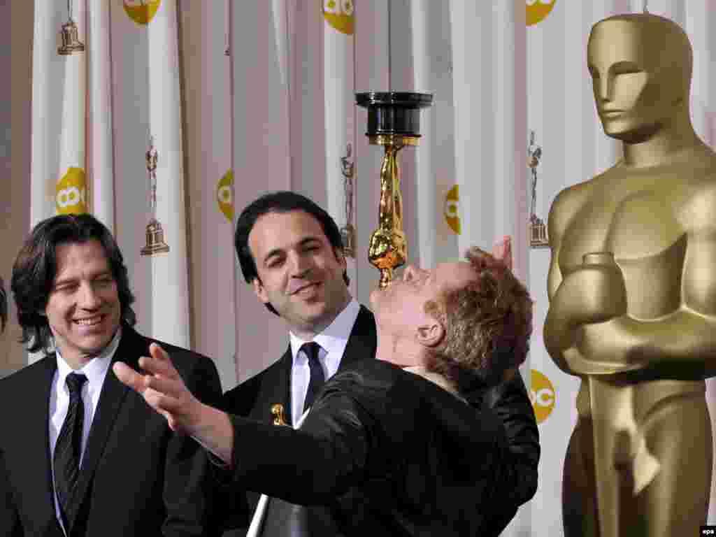 شیرینکاری فیلیپ پتی، قهرمان فیلم مستند مرد روی سیم که اسکار بهترین فیلم مستند را دریافت کرد، روی صحنه مراسم اسکار در سالن کداک تیتر