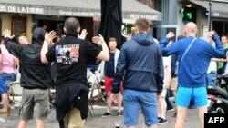 Ֆրանսիա - Ռուսաստանցի ֆուտբոլային ֆաները ծաղրում են Լիլի սրճարանում նստած անգլիացիներին, 14-ը հունիսի, 2016թ․
