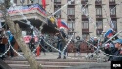 Ուկրաինա - Ռուսամետ ցուցարարները դիրքավորվել են և բարիկադներ կառուցել Դոնեցկի շրջանային վարչակազմի գրավված շենքի մոտ, 9-ը ապրիլի, 2014թ․