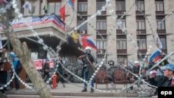 Проросійські активісти біля барикад під захопленою Донецькою ОДА, 9 квітня 2014 року