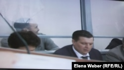 Бывший аким Караганды Мейрам Смагулов (на заднем плане) во время суда по так называемому делу Серика Ахметова. Караганда, 28 июля 2015 года.