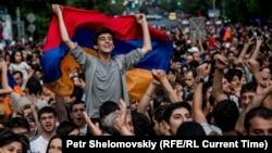 Ermənistan paytaxtında etiraz mitinqindən çəkilmiş foto