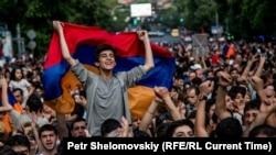 Участники протеста против повышения тарифов на электроэнергию. Ереван, 27 июня 2015 года.